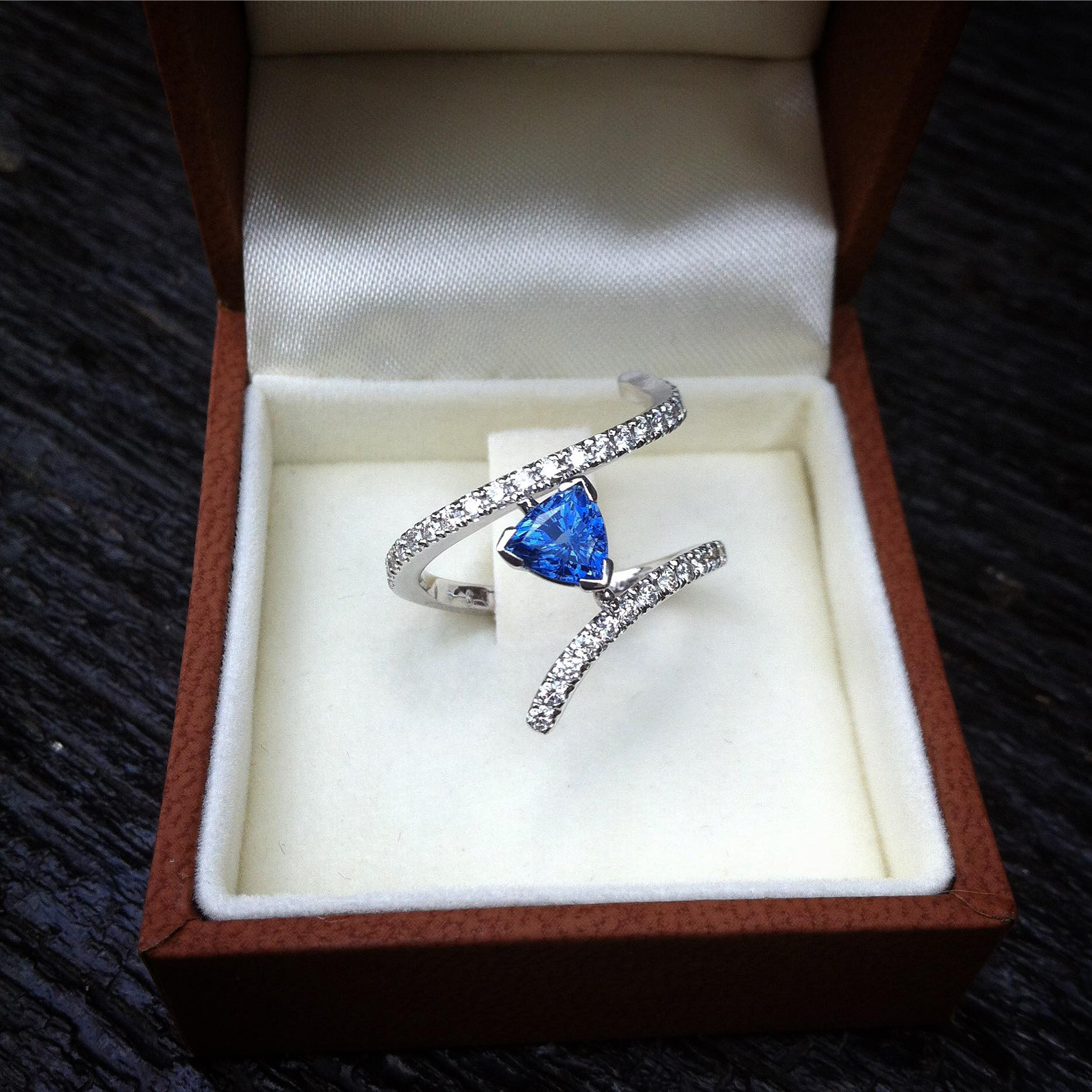 Bague Ruban Saphir Diamants Arthabilis